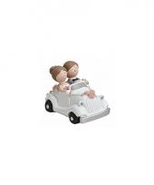 Trouwfiguurtje bruidspaar in witte auto trend