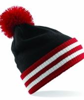 Zwart met rode muts met pompon trend