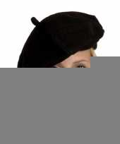 Zwarte baretten in het zwart trend