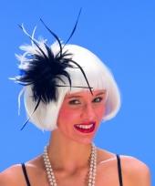 Zwarte en witte veren op haarkam trend