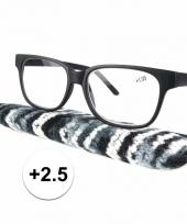 Zwarte leesbril 2 5 met stoffen hoesje trend